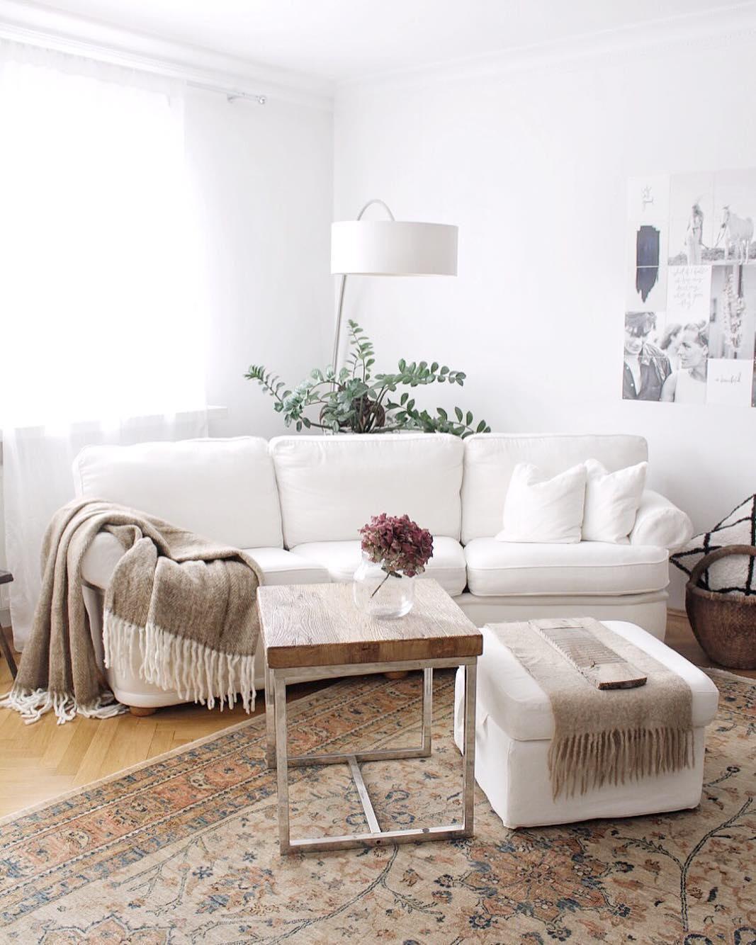 Auch Im Wohnzimmer Drfen Pflanzen Und Frische Blumen Nicht Fehlen Dekoriert  Auf Dem Rustikalen Couchtisch With Wohnzimmer Naturtne