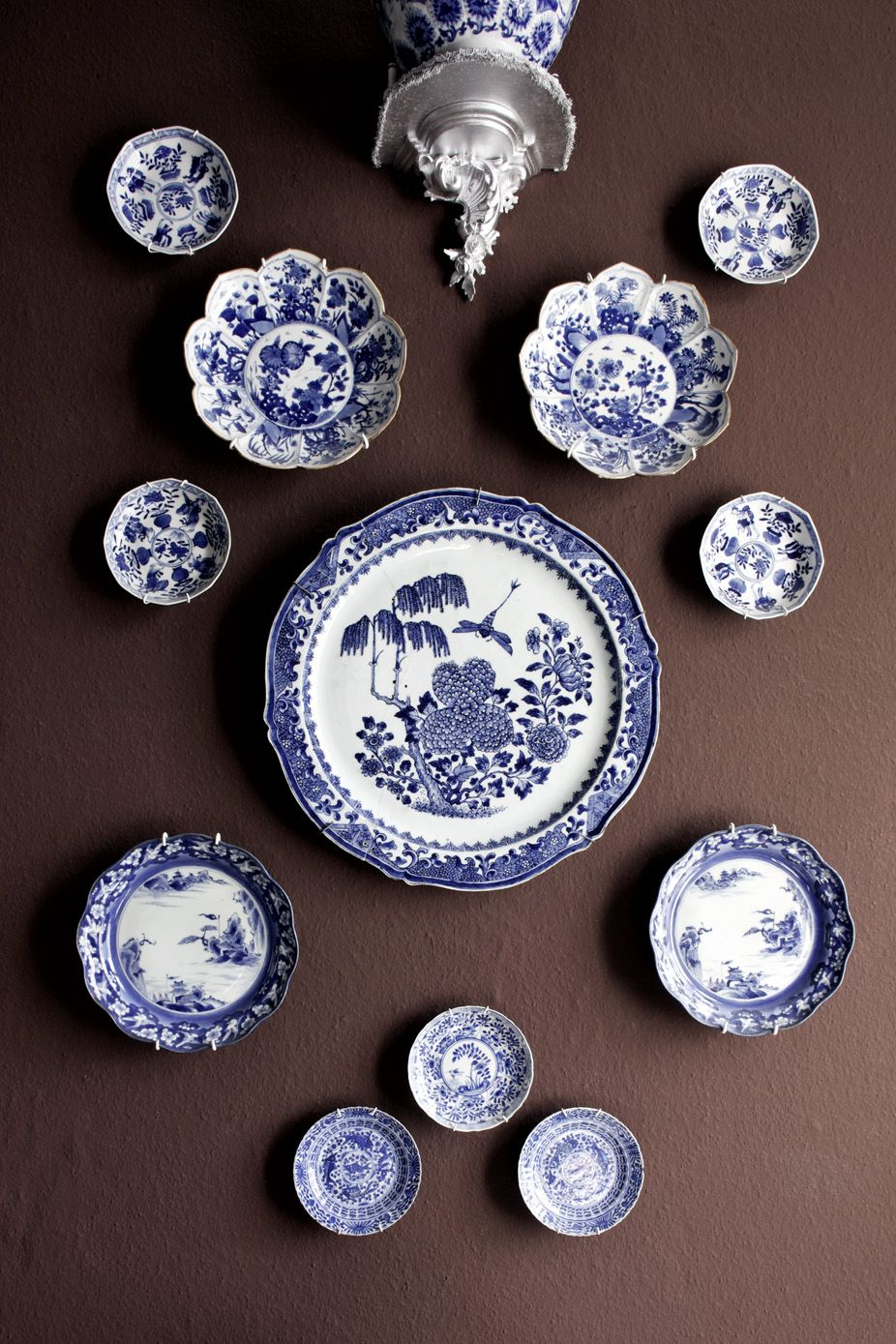 Blue And White Decorative Wall Plates Simple Antikt Porslin Och Rokoko  Hanging Plates Blue Plates And Plate Wall Inspiration