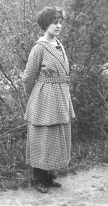 jeune femme dans un ensemble à carreaux très mode, J.B