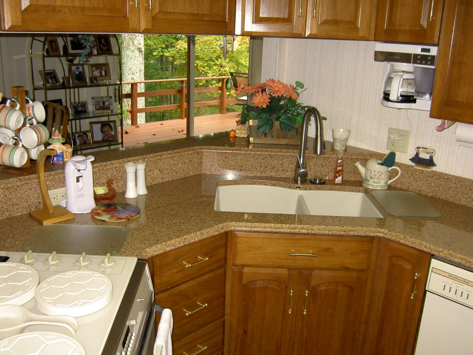 Kitchen quartz countertops with oak cabinets quartz for Kitchen quartz countertops