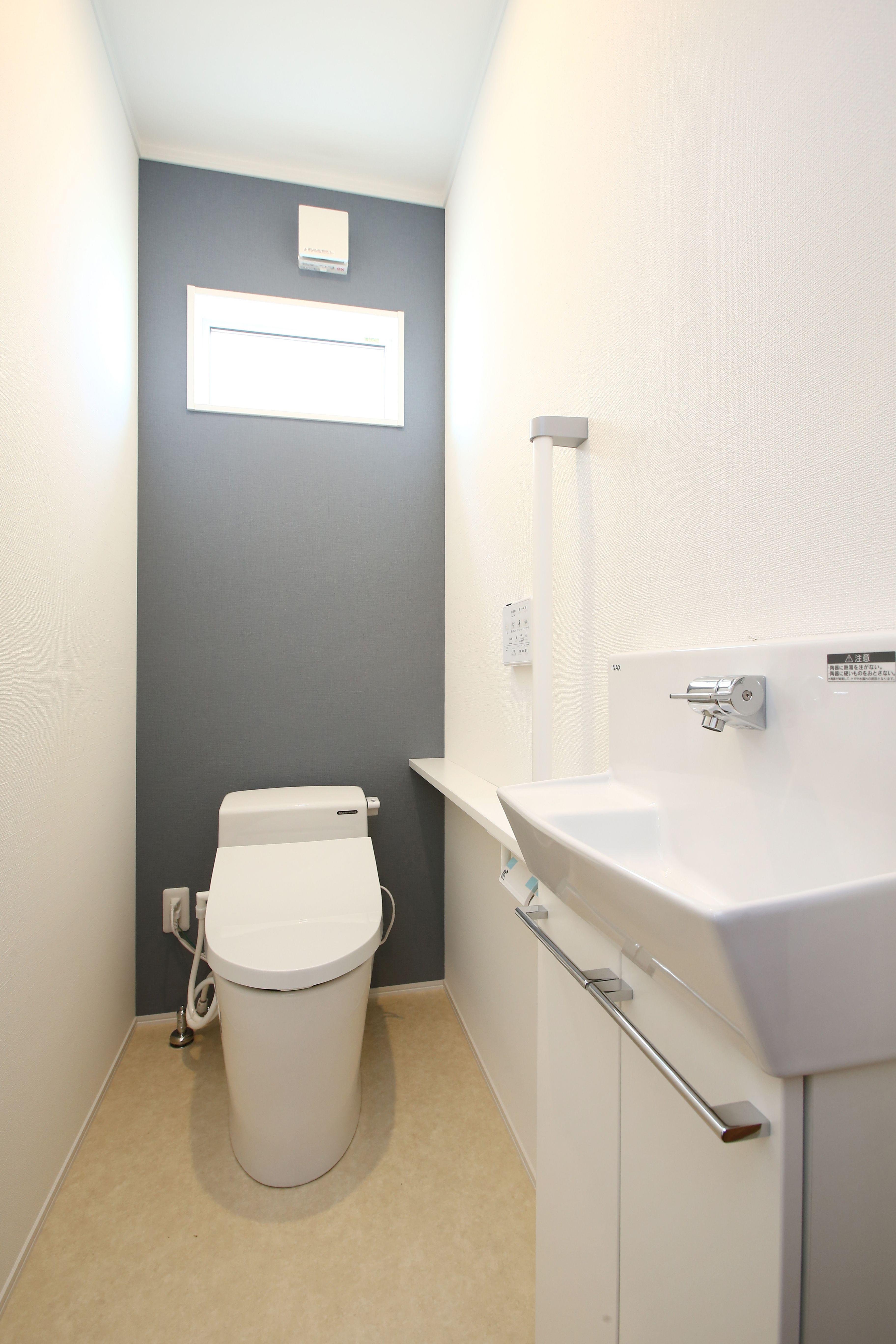 インテリアも楽しめるカウンター付の手洗器を設けたトイレ