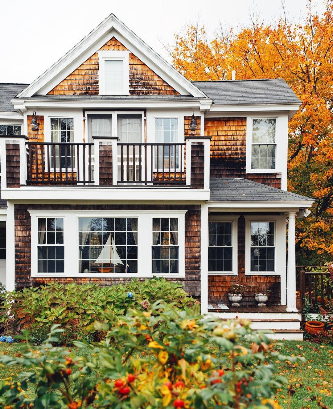 20 Gorgeous Beach House Decor Ideas: Beautiful Fall Home Exterior. Rustic Home With A Lake
