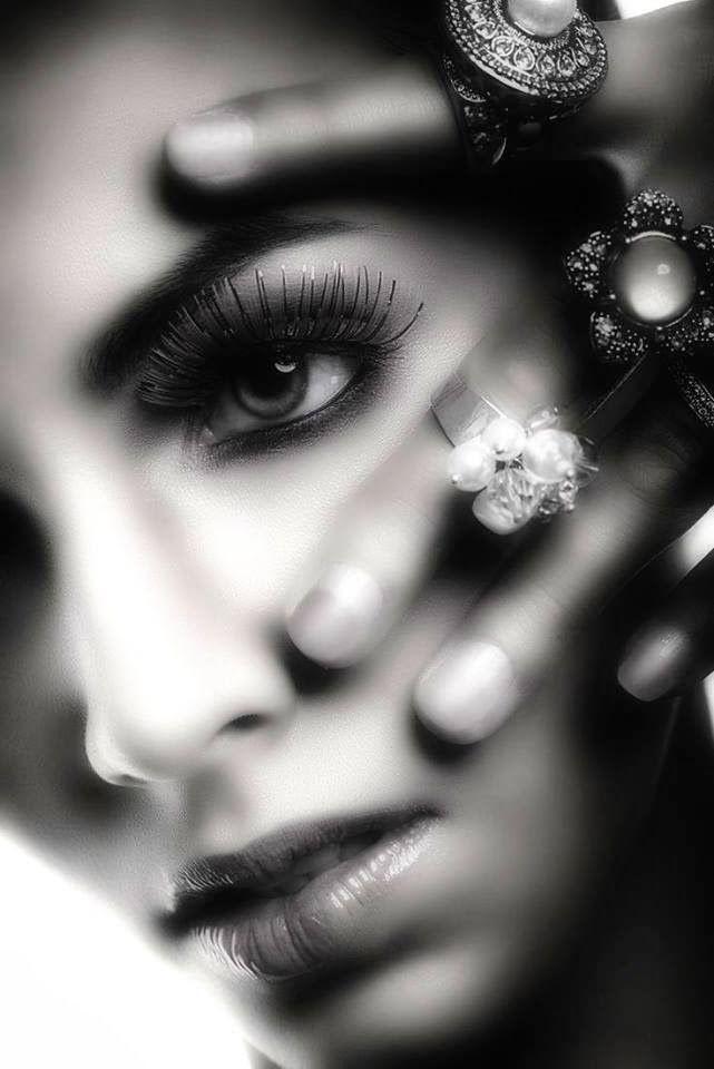 El silencio es el templo donde el sabio medita | Justice joslin, Jewelry photoshoot, Black