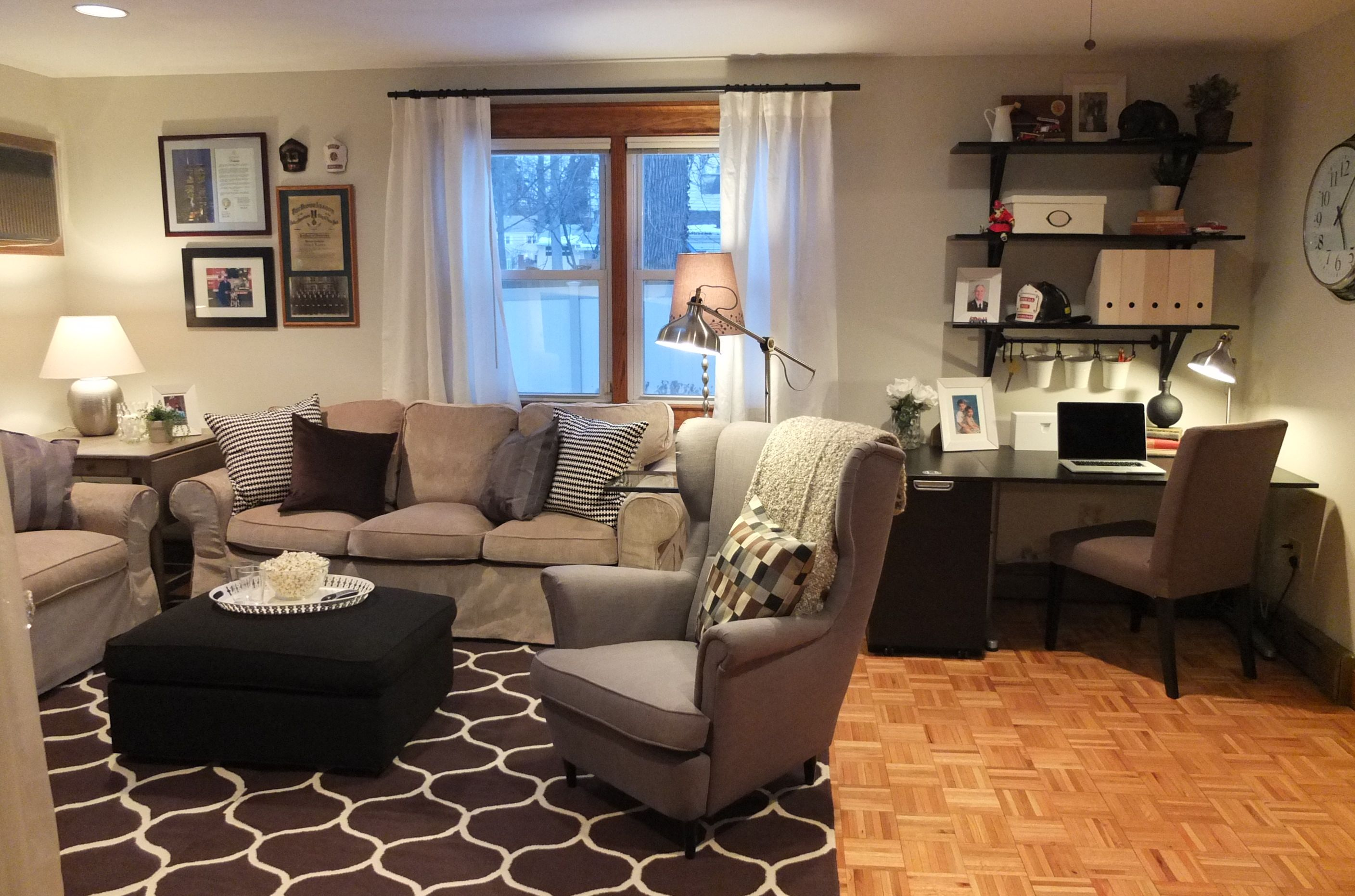 Check Out How The Ikea Home Tour Squad Turned An Underused Back Room Into A True Family Room In This Makeover Desk In Living Room Living Room Office Combo Home