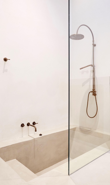baignoire-douche en béton ciré couleur grège marius aurenti | maison