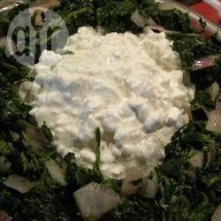 Äthiopischer gewürzter Hüttenkäse mit Spinat - Hüttenkäse wird mit Knoblauch, Kardamom und Nelken gewürzt und scharf angebratenem Spinat kombiniert.@ de.allrecipes.com