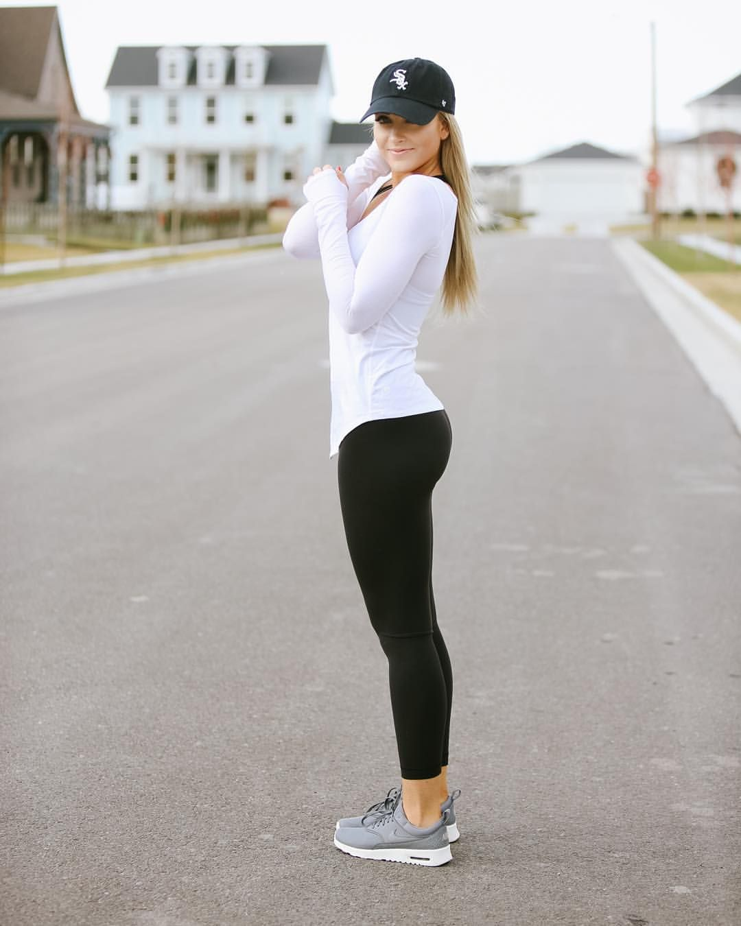 54d6c4ddb61 Activewear on the blog today  caraloren. Chic fitness outfits Jogging  Outfit Summer ...