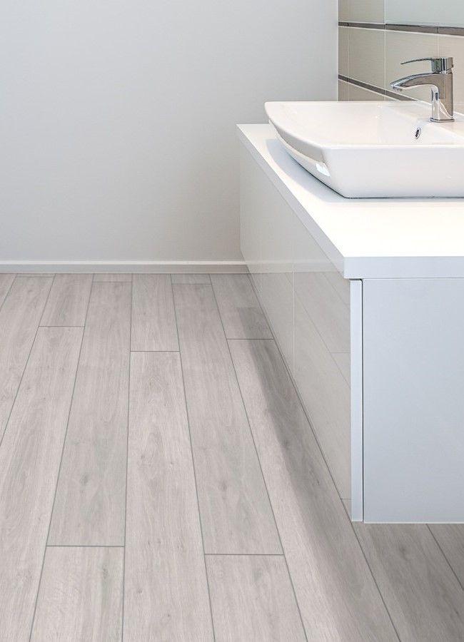 Ba o moderno y minimalista decorado con el suelo for Suelo laminado para banos