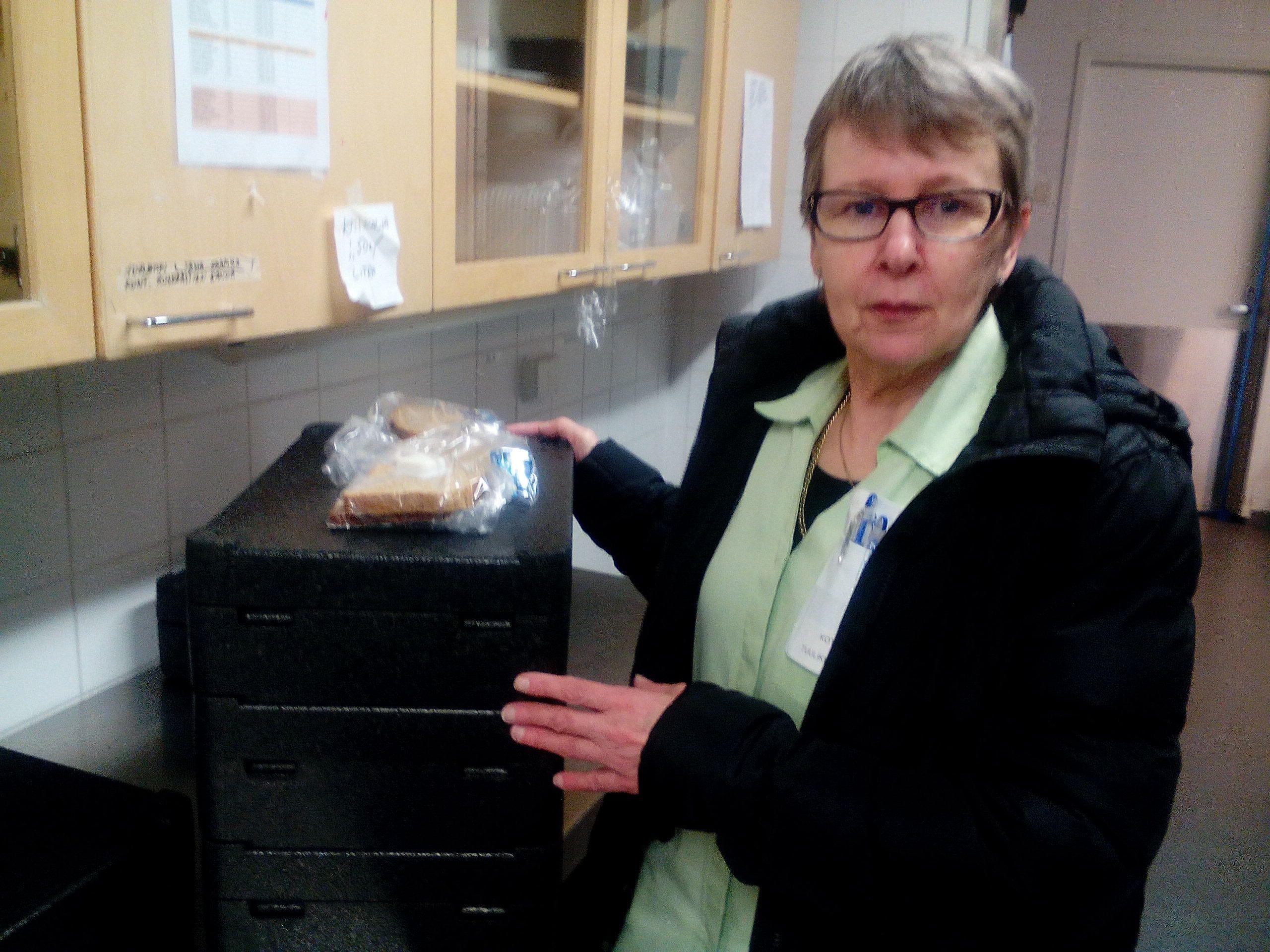 Tuulikki noutamassa aterioita kotipalvelun asiakkaille koteihin! Vanhuksen ruokailussa avustus myös hoituu samalla.