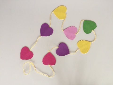 Hjärtan på rad. Perfekt som pynt eller presentsnöre. #hearts on a string. Perfect #birthday #party #decoration #garland #giftwrap