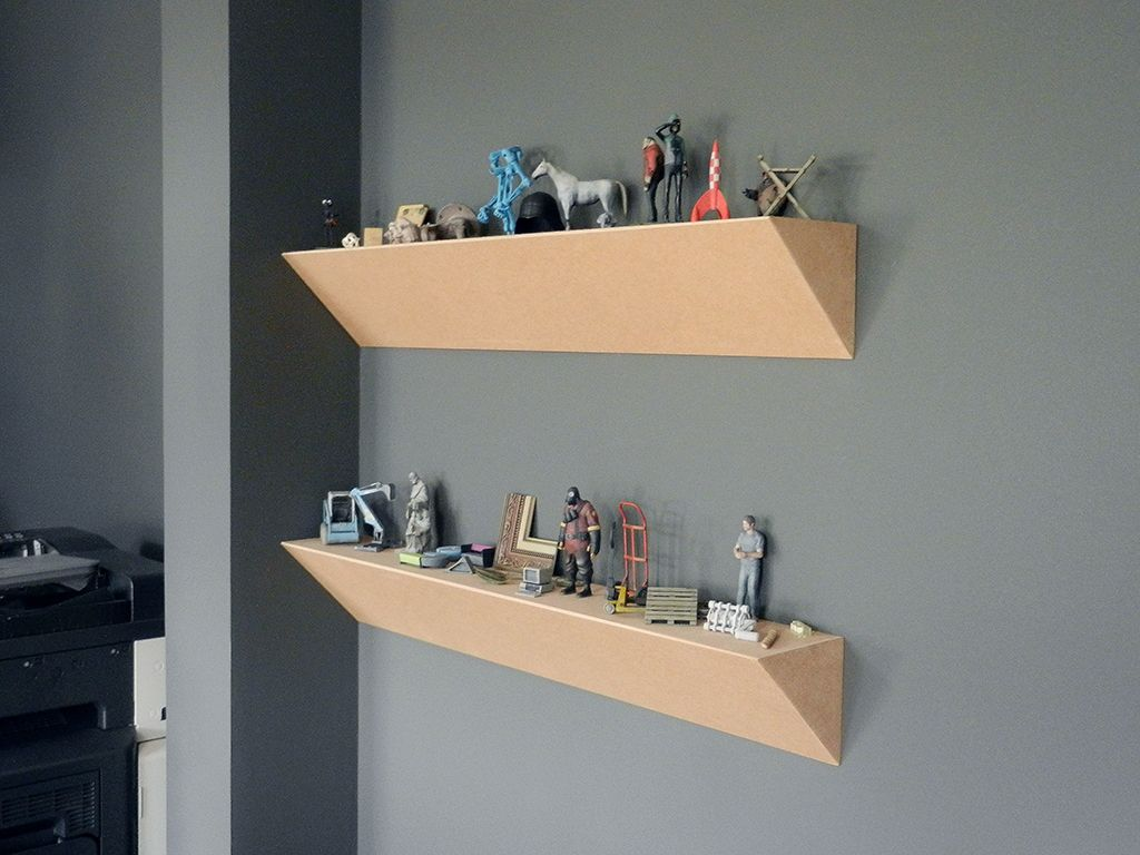 shelves with 3D printed objects | polička s 3D tlačenými objektami