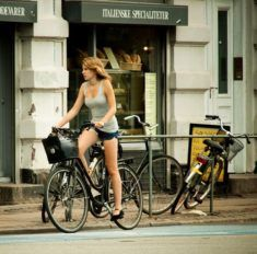 Fille du 54 sur son vélo sur www.velocustom.eu