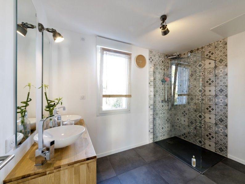 Le carrelage effet carreaux de ciment donne du style à la douche à l - Salle De Bain Moderne Douche Italienne
