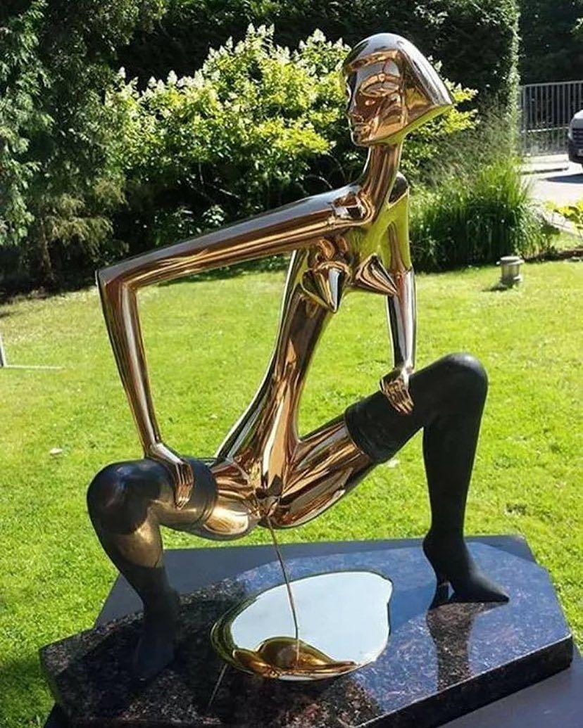 Golden piss - Statue in Jumarla, Latvia arte contemporanea, scultura ...