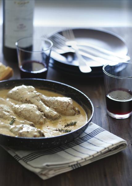 Pollo a la mostaza con creme fraiche. La incombustible Mónica del blog Recetas de Món nos ha preparado pollo a la mostaza con crème fraîche. Una especialidad francesa,  que hoy se ha extendido a lo largo de Europa y es muy empleada en sus cocinas, siendo muy fácil adquirirla en forma de tarrinas en la mayoría de los supermercados.