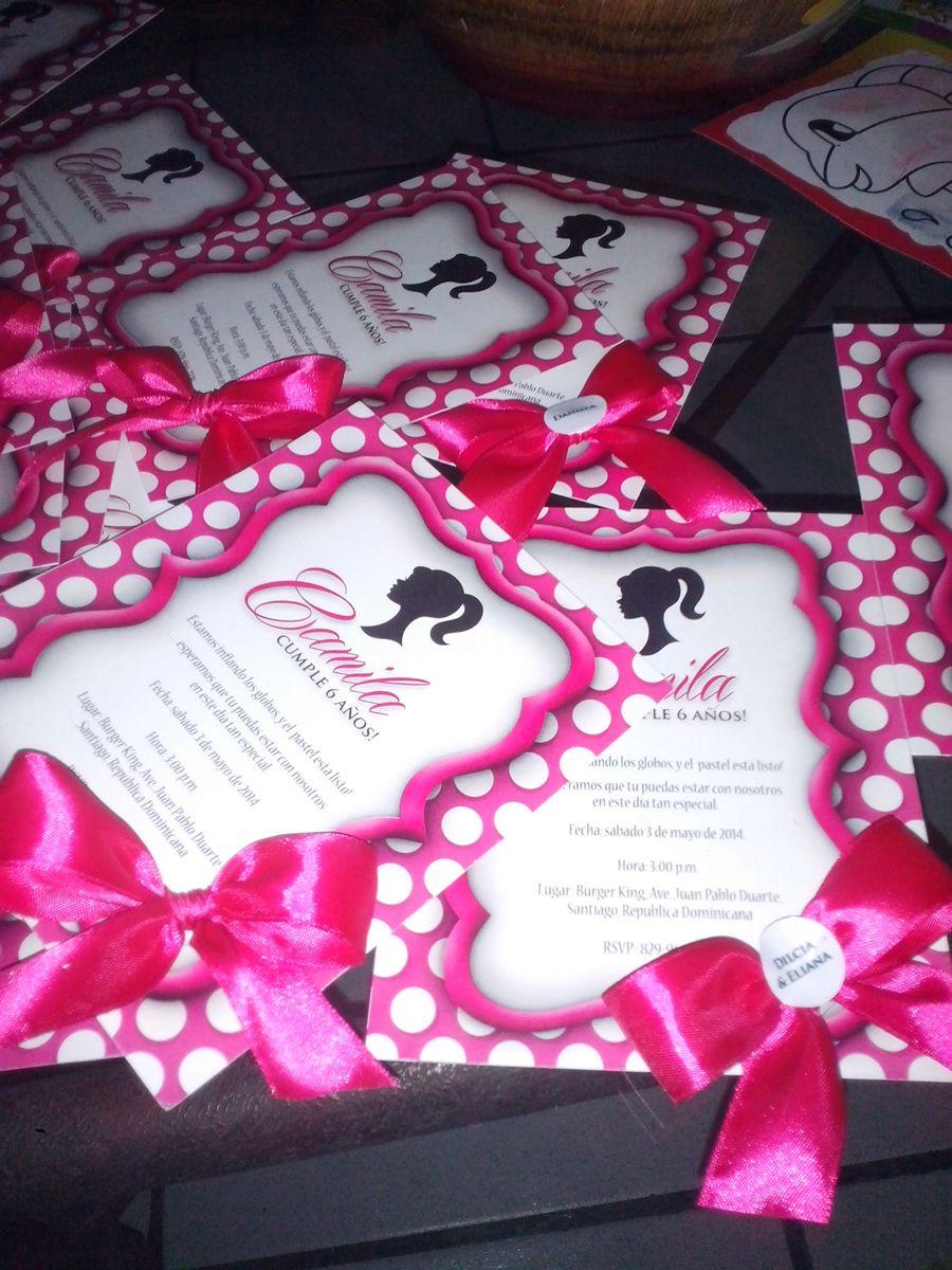 118ee8281 Material impreso para el cumpleaño de Barbie Sillohuette, en tonos rosado  fucsia, rosado claro, blanco y negro. Invitaciones ilusión de relieve 3D,  lazo de