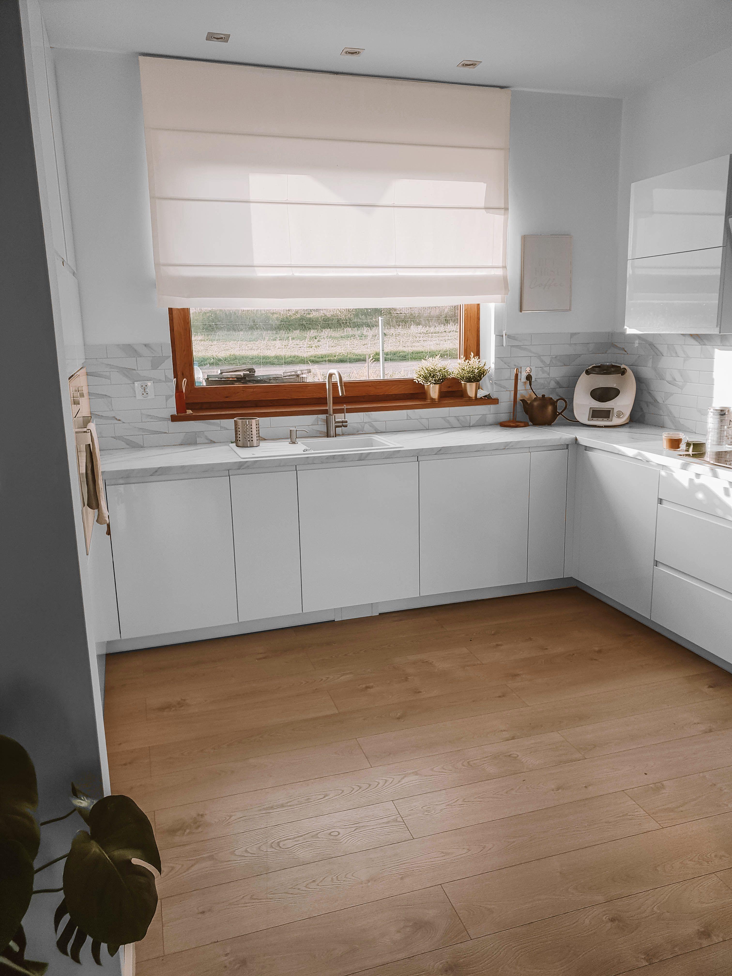 Jasna Roleta Rzymska W Kuchni Nasze Domowe Pielesze Kitchen Cabinets Home Decor Home