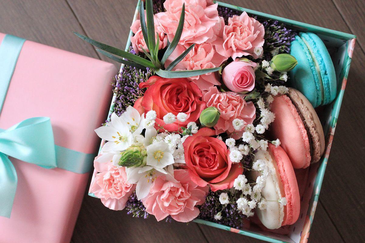 flower and macaroon box blumen geschenke. Black Bedroom Furniture Sets. Home Design Ideas