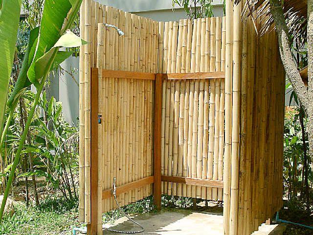 Outdoor shower with bamboo douche ext rieure doccia da giardino bagno esterno et docce esterne for Vasche da bagno esterne