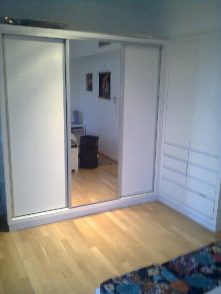 Frente con tres puertas corredizas con kit de aluminio for Puertas de aluminio para interiores