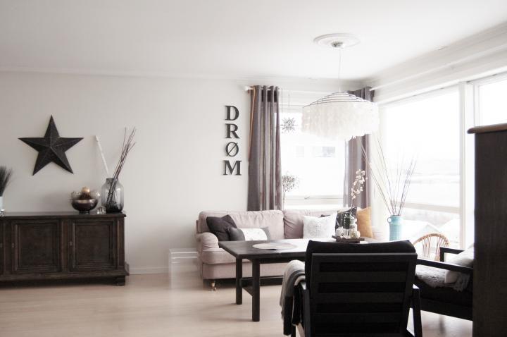 Un sal n con muebles oscuros y tonos marrones decorar tu - Decorar tu salon ...