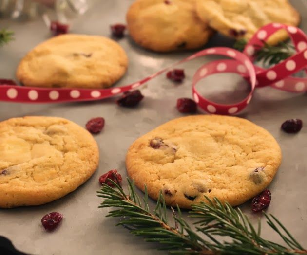 Leipomo: Cookiesit karpaloilla ja valkosuklaalla