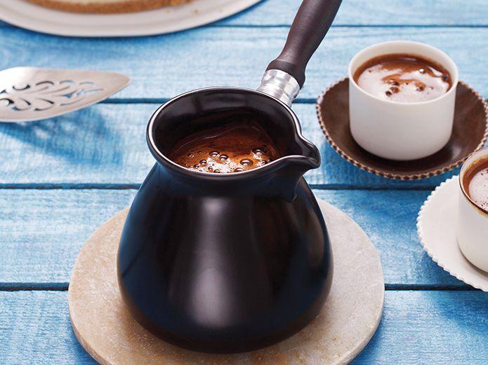 Kahvenizi bir de porselende deneyin - HOME SHOWROOM  Emsan'ın yeni Ceraflame serisi içinde yer alan porselen cezve, Türk kahvesi tutkunlarına, közde pişmiş kahve lezzeti sunmayı hedefliyor.
