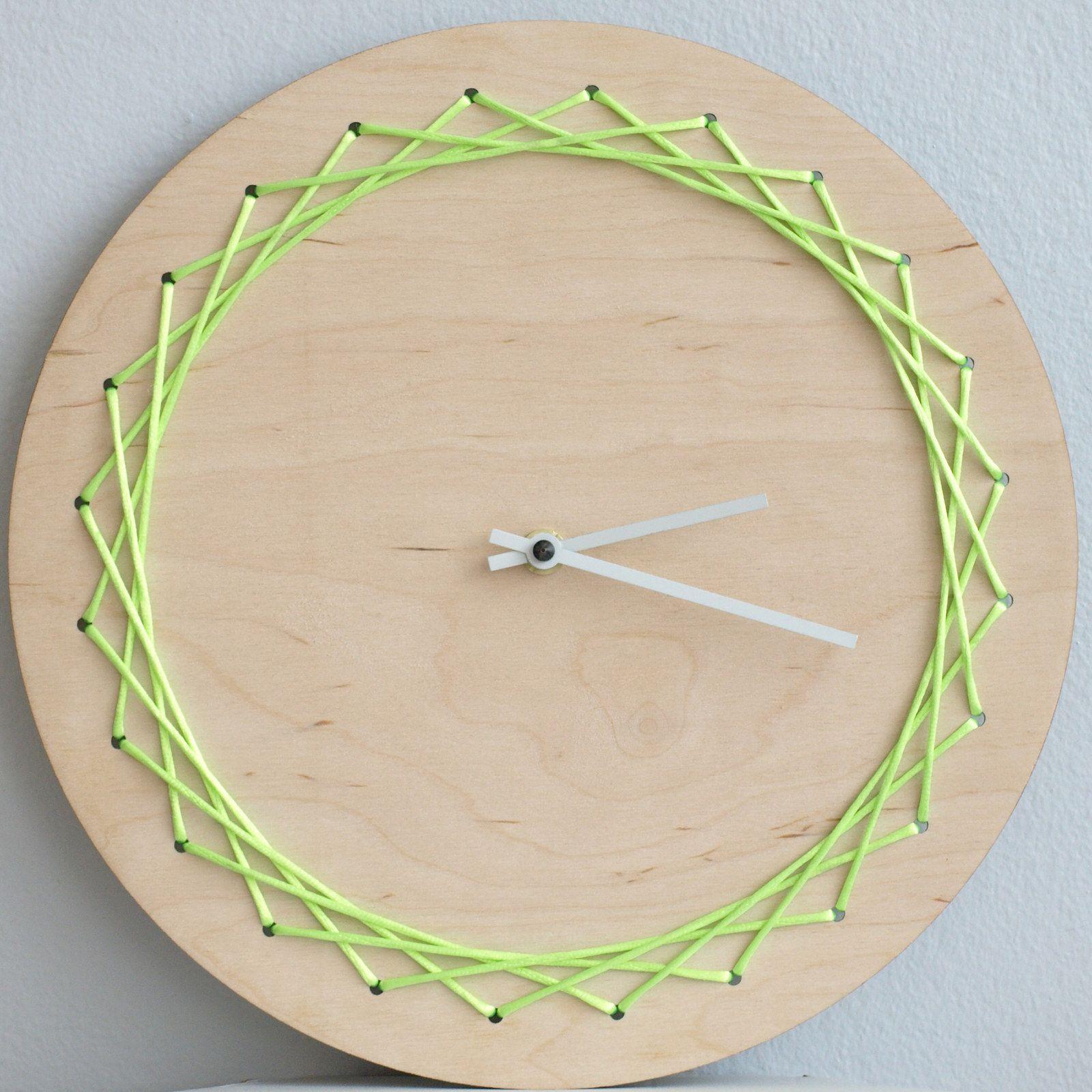 Vyplétané hodiny Moderní a hravé hodiny, z příjemného přírodního materiálu. Barva ručiček je možná bílá nebo černá. materiál: dřevo (březová překližka tloušťky 5mm), šňůra - satén Různé barevné možnosti šňůrky. Průměr kruhu 30cm Další výplet, tentokrát na náušnicích...