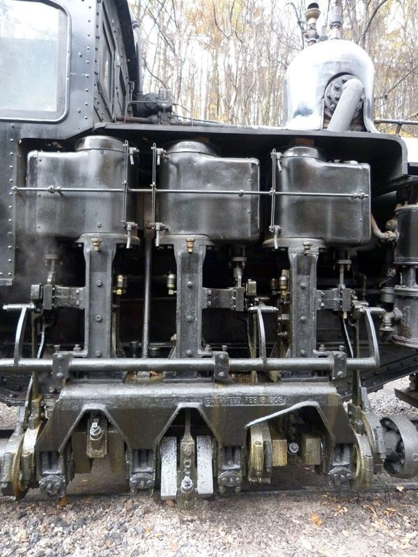 Shays have three vertical pistons that operate the wheels