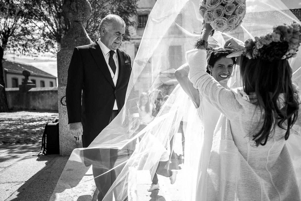 Liven Photography es una empresa formada por un equipo joven de fotógrafos, licenciados en arquitectura, perfeccionista y con ilusión. Se dedican, desde hace años, profesionalmente a la fotografía de boda y destacan por la calidad técnica y compositiva de sus instantáneas. Entienden la fotografía como una forma de conectar con las personas, un puente, una vía que les permite captar y expresar emociones.
