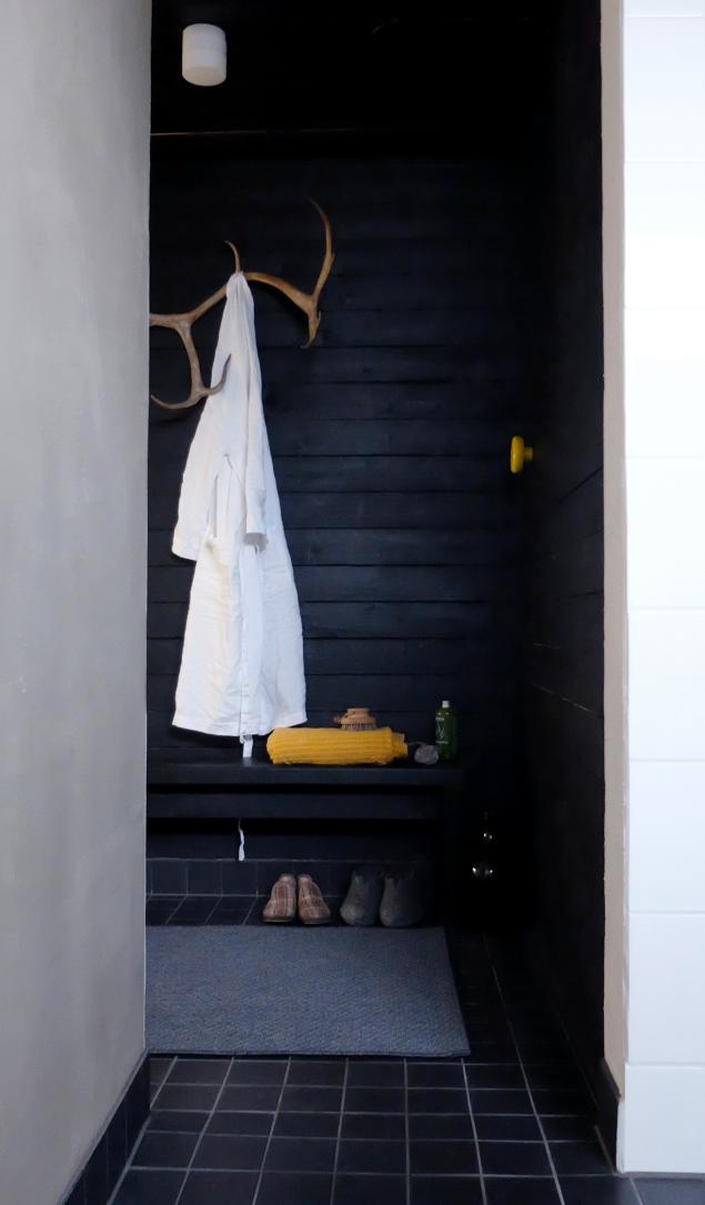Oh the elegance of black wood stylish simple bathroom pukuhuone