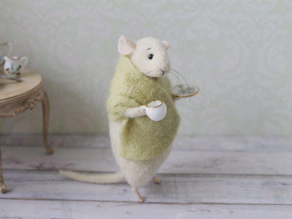Mouse in feltro con una tazza ago infeltrito di MimimishHandmade