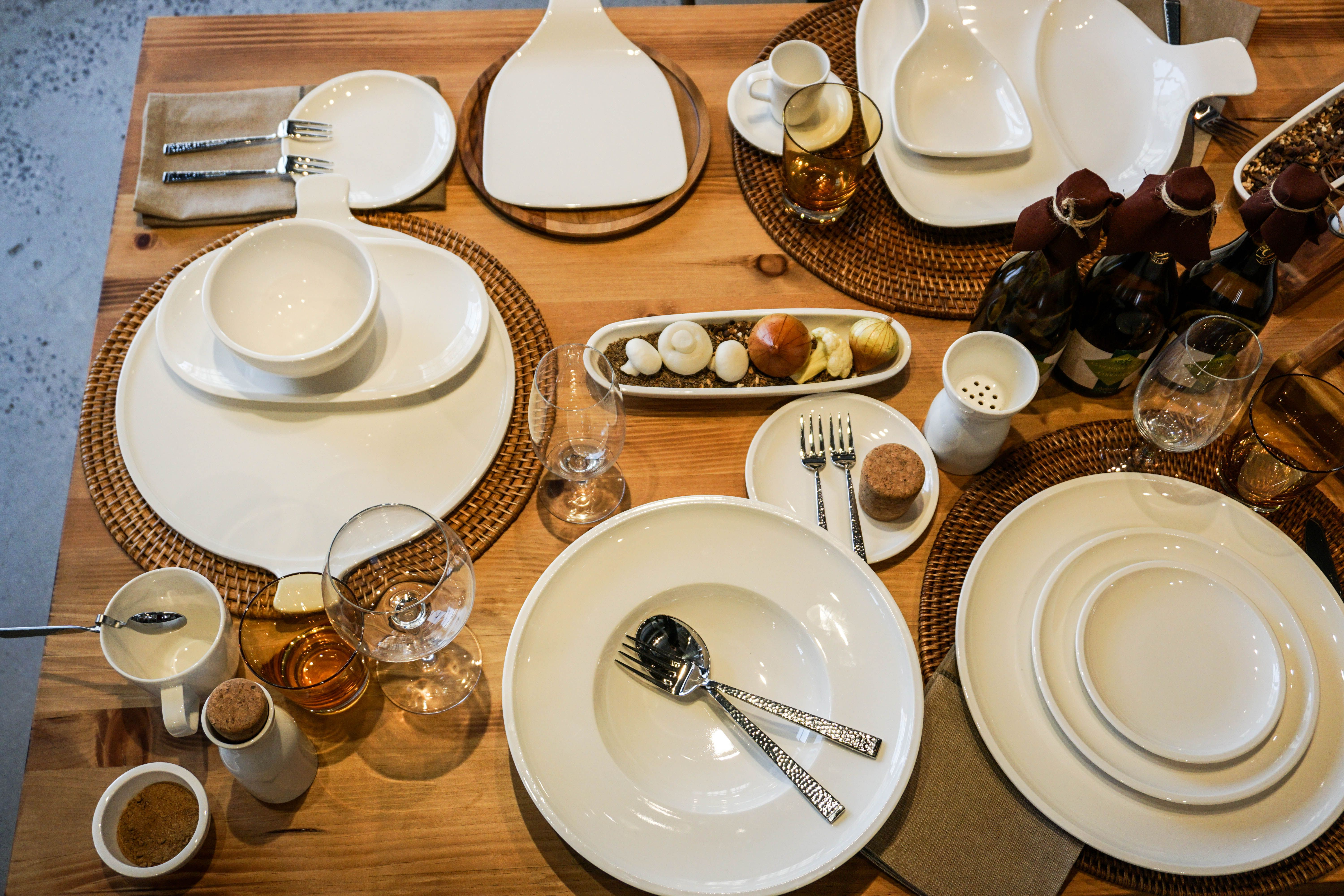 Inspired By A Farm To Table Philosophy This Casual Artesano Dinnerware By Villeroy Boch Adds A Beautiful Touch To An Dinnerware White Dinnerware Rustic Table