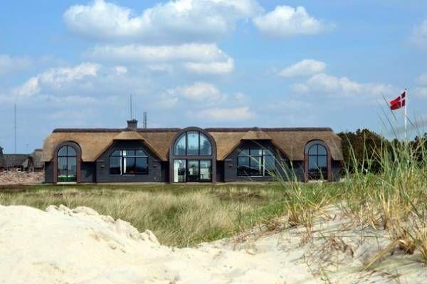 Direkt an Blåvand's schönem weissem Badestrand findet man dieses Traum-Ferienhaus vom allerfeinsten! Schlafmöglichkeiten für 12 Personen und Luxus wohin man nur schaut..