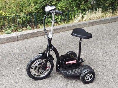 Elektro Scooter Dreirad RUNNER ist ideal für Menschen, die Komfort, Sicherheit und Stabilität während der Fahrt gerne mögen.