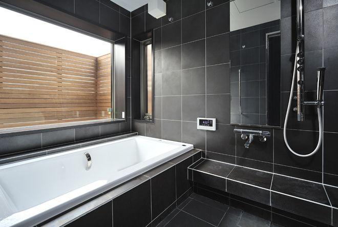 大きな窓から外の景色を楽しむ浴室 浴室 窓 家 バスルーム