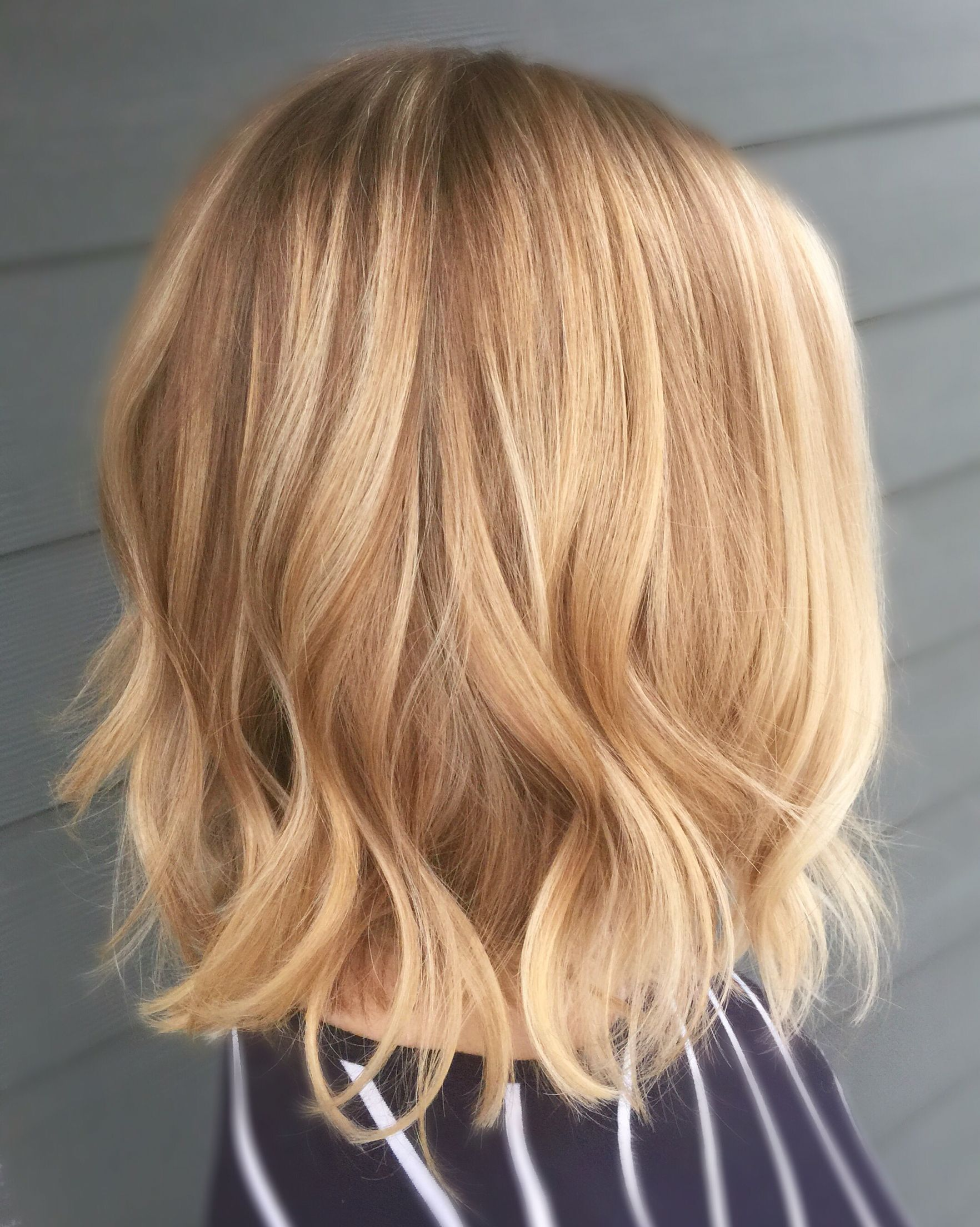 Blonde balayage short hair wavy lob curled hair coiffure