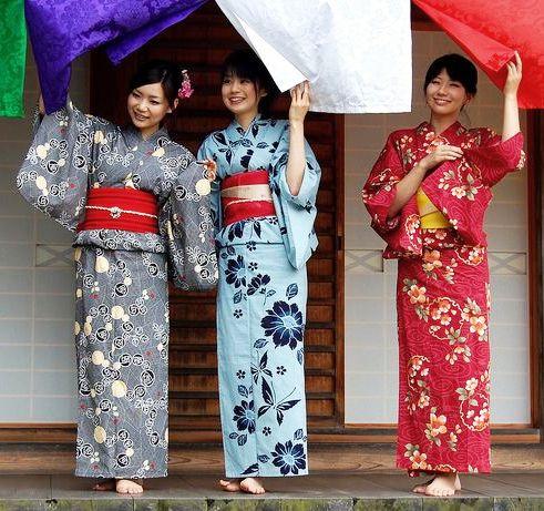 Three women in kimono. Japan. Photographer destebani of Flickr | Womens  floral kimono, Floral kimono cardigan, Japan outfit
