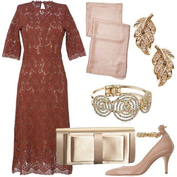 00787ff80d Il vestito a tubino longuette, con maniche a 3/4, è in pizzo con la ...