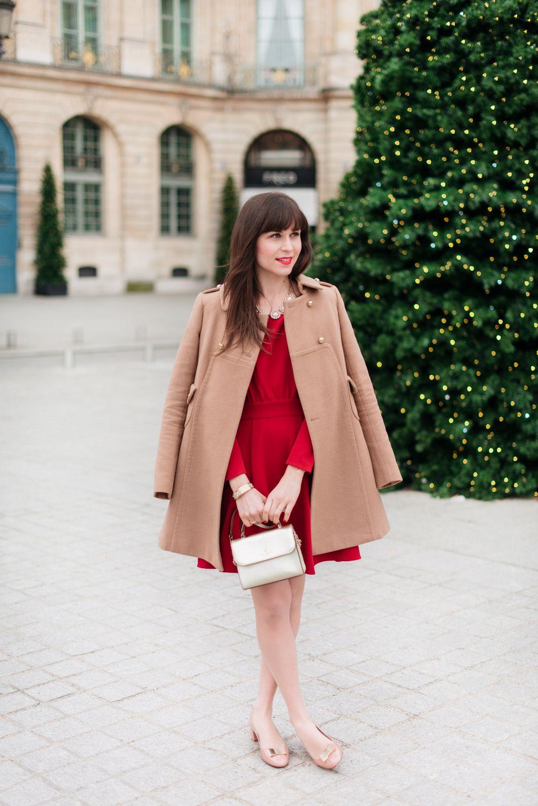 1efec0bd480 Le superbe look pour l hiver de  modeandthecity combinant une robe rouge et  un manteau camel !