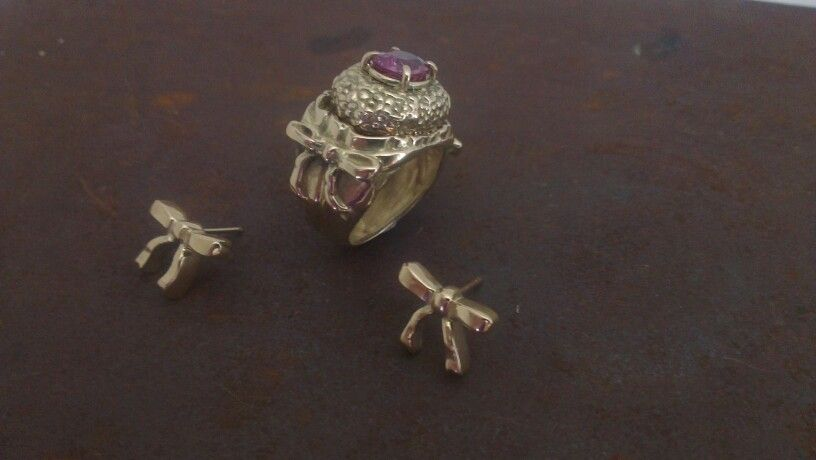 Pendientes y anillo a juego en oro de 18kts y rodolita