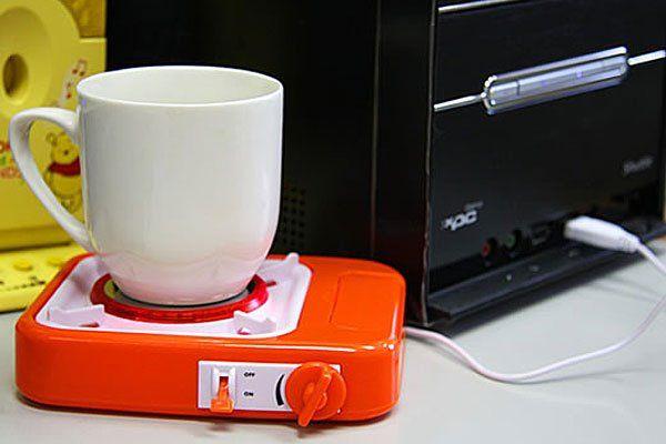 Una mini hornalla o calentadora de café con USB muy práctica para cuando te colgás haciendo algo y dejás tu taza de lado. ¡No más café frío!.
