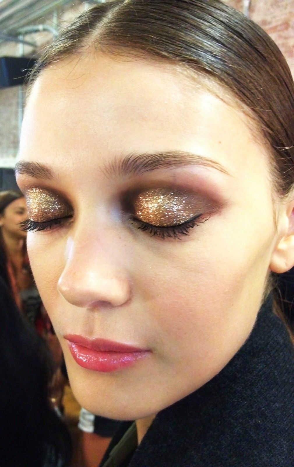 olhos esfumado com marrom e dourado cheio de glitter / brilho