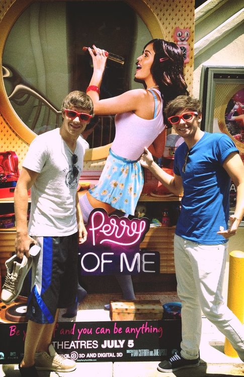 Liam and Louis     P.S. Why is Liam only wearing one shoe?! hahah
