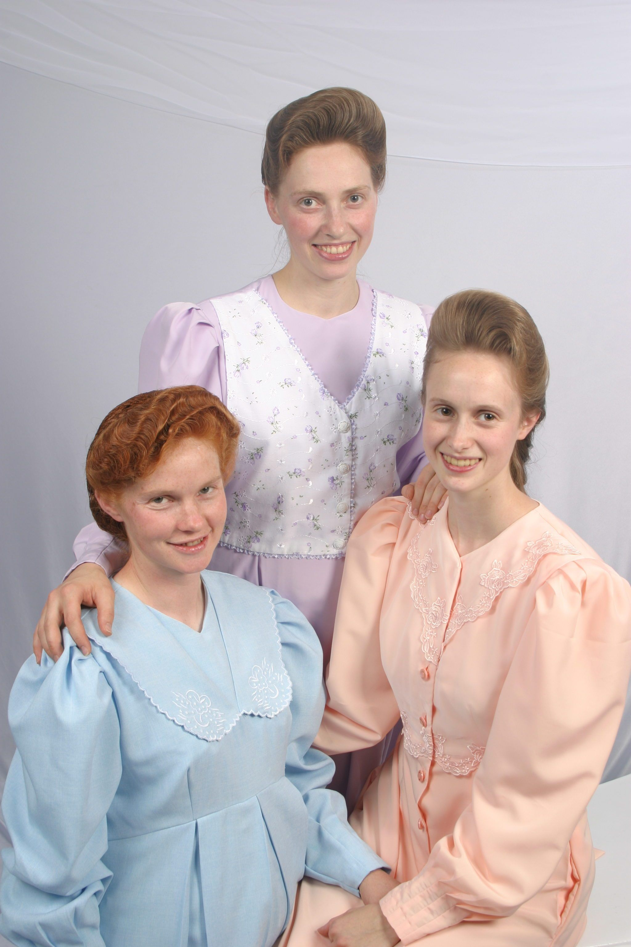 Rachel Jeffs In Peach And Two Of Her Sister Wives Light Purple Is Sarah Allred And Light Blue Is Rebekah Ann Johnson Tak Sister Wives Women Sisters Of Mercy