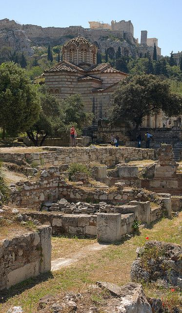 Agora: El equivalente griego a un foro romano, sitio de reunión al aire libre.