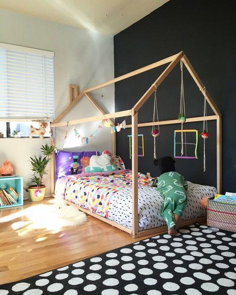 Tolle Idee das Hausbett in die Kinderzimmer-Wand mit Tafelfarbe zu