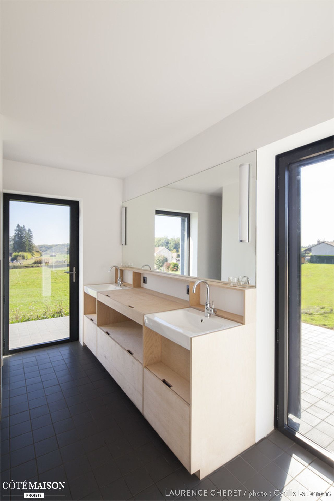 salle de bains moderne avec sol en carrelage noir grand meuble