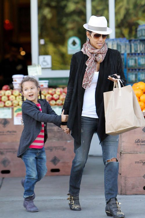 Halle Berry Nahla Grocery Giggles Celebrity Baby Pinterest