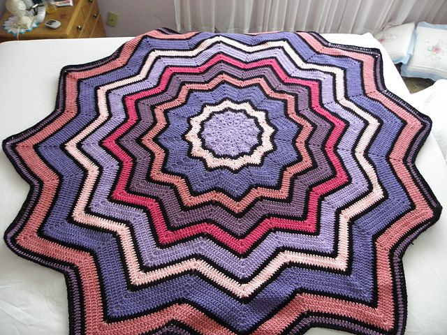 Ravelry: Lyn\'s Round Ripple Baby Afghan pattern by Lyn\'s Designs ...